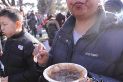 北京庙会上的众生吃相