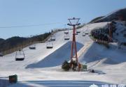 雪多人少易撞星 到南山雪场感受滑雪时尚