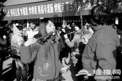 """羊肉串一天卖出10万元 传统庙会咋成""""肉串大集"""""""