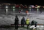 新年元旦夜北京什刹海冰场游人不减