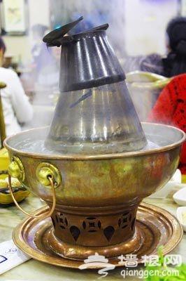 老北京涮肉使用的铜锅。