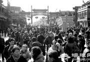 """游人在北京前门大街领略""""老北京风情"""""""