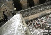 北京故宫外围筒子河布满垃圾 游客手下留情