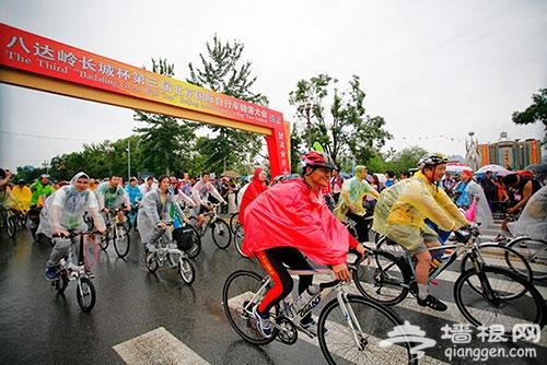 八达岭长城杯国际自行车骑游大会举行 五千人雨中骑游