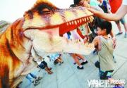 """北京自然博物馆夜场开放 """"恐龙""""出动"""