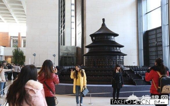 紫檀博物馆巨型老北京雕塑亮相国博