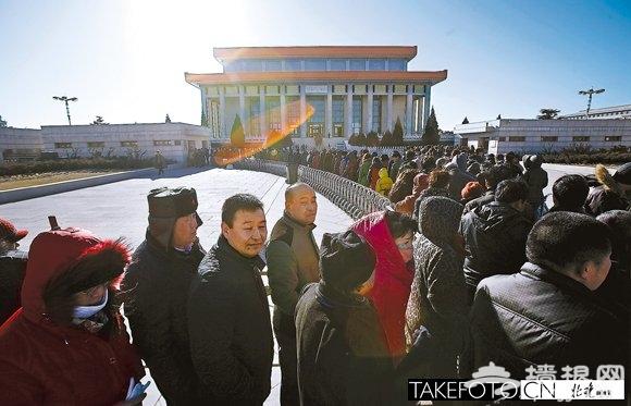 纪念毛泽东诞辰120周年:市民排队参观毛主席纪念堂