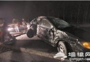 北京公交遭遇连环车祸 多人被撞下高速路