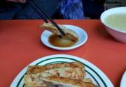 探访老北京小吃:门框卤煮和锅贴 香气飘出胡同