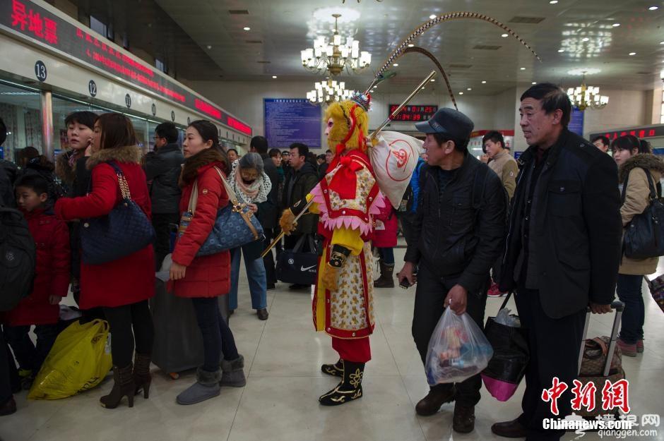 """孙悟空""""快闪""""北京站 售票厅排队买票体验春运"""