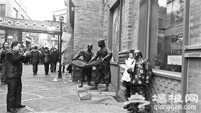 街头艺人扮铜人鲜鱼口与游客合影索要辛苦费:不给别走
