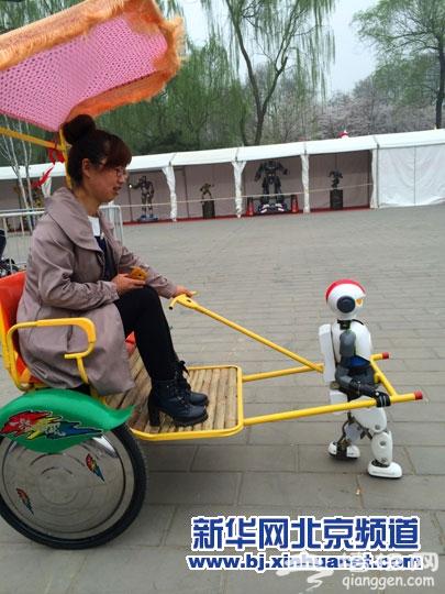 机器人拉着游客游园