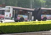 """北京一公交车转弯时""""拦腰折断"""""""