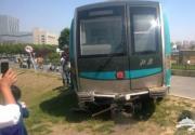 北京四号线地铁测试车辆冲出轨道冲进绿地
