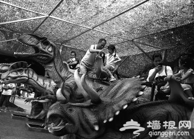 """60只""""恐龙""""亮相陶然亭公园"""