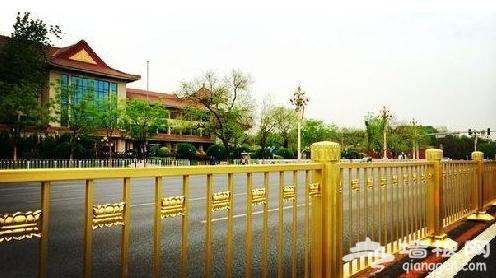 北京一轿车撞长安街金色护栏 车头毁坏护栏无损