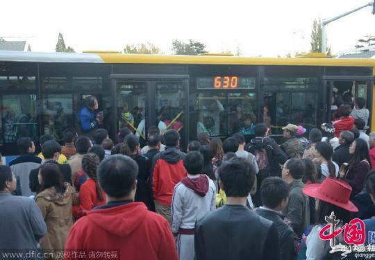 北京香山红叶节人满为患 游客挤爆公交