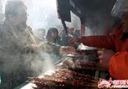 庙会必吃美食或将成历史:碳烤肉串烤鱿鱼臭豆腐或将告别庙会