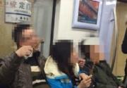 北京一对男女在地铁上吃烤串 竹签丢的满地都是