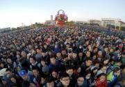天安门广场数千人连夜守候看升旗
