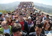 北京八达岭长城游人如织