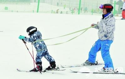 """北京周边多家滑雪场试营业 市民举家上阵""""雪兴""""高[墙根网]"""