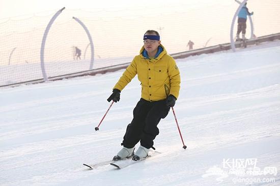 滑雪爱好者在雪场滑雪。长城网 姜博瀚 摄