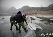 2016龙庆峡冰灯节开始取冰雕刻 梦幻冰雪世界将在元月中旬开幕