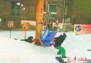 渔阳滑雪场缆车倒滑现场一片混乱 滑雪者自行跳下无人受伤