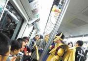 """""""圣斗士""""乘地铁引争议 网友笑问: 大翅膀怎么挤上来的?"""