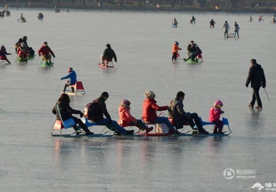 北京颐和园冰场周末迎数千滑冰游客