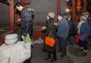 数千北京市民广化寺喝粥祈福共迎腊八节