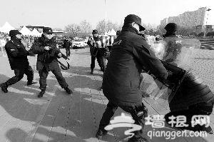 """昨天下午,朝阳公园内一名""""持菜刀""""的男子被特警制服后带走,这是北京市公安局昨天下午在朝阳公园进行的安保演练内容之一。记者从治安管理总队获悉,今年春节期间全市拟举办大型活动124场次,预计接待群众264万人次。"""