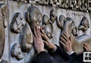 2.8万人年初一涌入北京白云观祈福摸石猴