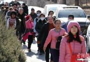 正月初一 游客步行前往潭柘寺祈福