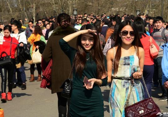 杭州气温突破20℃ 女子穿裙子游西湖