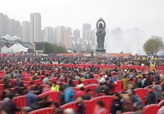 大年初五拜财神 武汉50万市民挤爆归元寺