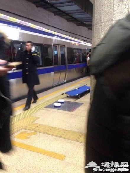 男子北京地铁内跳轨身亡 被送法医鉴定(图)