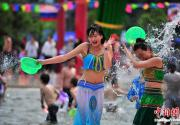 游客昆明与少数民族姑娘一起泼水