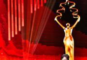 第六届北京国际电影节闭幕  梁咏琪上台颁奖摔倒尴尬十足