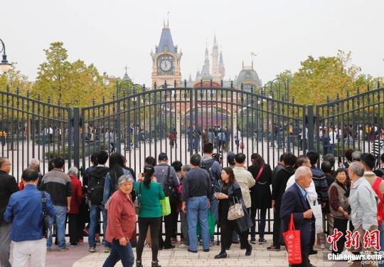 上海迪士尼乐园试运营 普通民众门外观望