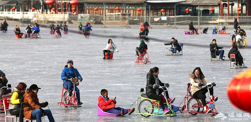 什刹海冰场人气火爆 北京市民体验冰上乐趣[墙根网]