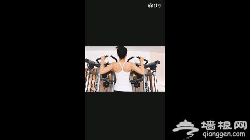刘涛健身房秀臂力