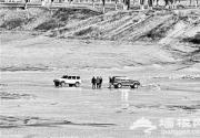 """潮白河成""""溜冰场"""" 越野车在冰面上行走不幸压垮冰面"""
