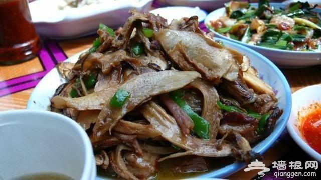 """川藏线上的""""苍蝇馆子"""", 三个人一顿饭吃了1千, 真那么贵"""