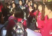 北京大学生电影节一票难求 大学生带被子半夜排队领票