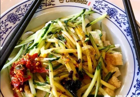 热炸天的7月来了!必须吃北京最好吃的凉皮,那酸爽滋味好极了!