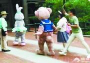 迪士尼小熊被游客无故打头 网友:应该禁止这种人入园
