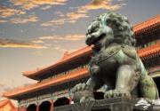 故宫旁边有座石狮子,人们都不愿意接近,老人劝游客别拍照!