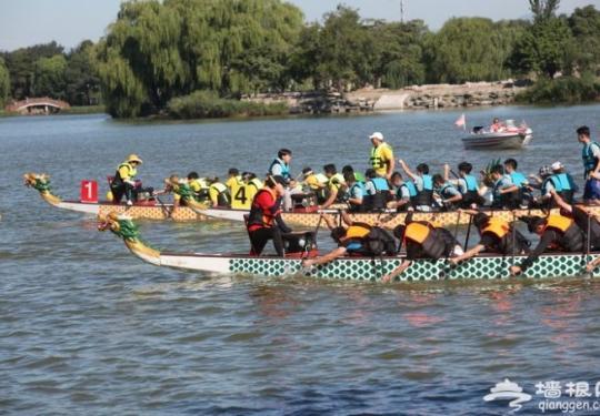 皇家龙舟北京圆明园内竞演 11支队伍福海破浪再现传统文化